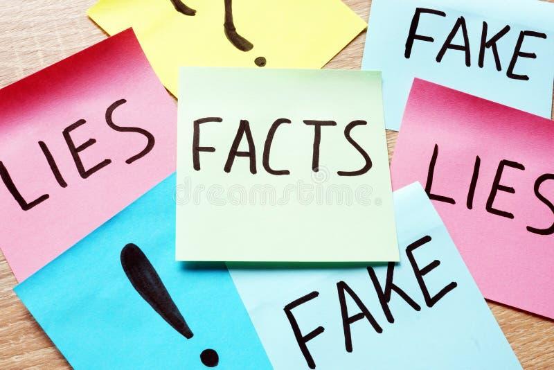 O memorando cola com fatos, mentiras e falsificação das palavras Notícia moderna fotos de stock