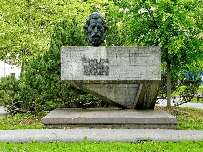 O memorial do túr do udovÃt Ådo ½ de Ä é ficado situado atrás de uma igreja Católica, no parque do túr do udovÃt Ådo ½ de Ä e imagem de stock