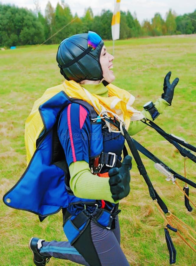 O menina-parachutist da dança foto de stock