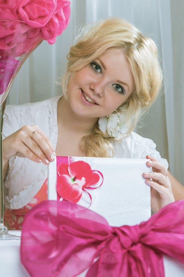 O menina-presente imagens de stock royalty free
