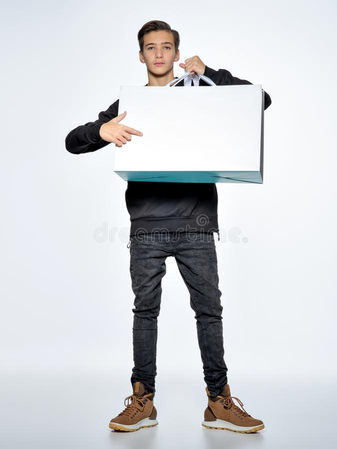 O menino adolescente está apontando pelo dedo para esvaziar o Livro Branco foto de stock royalty free