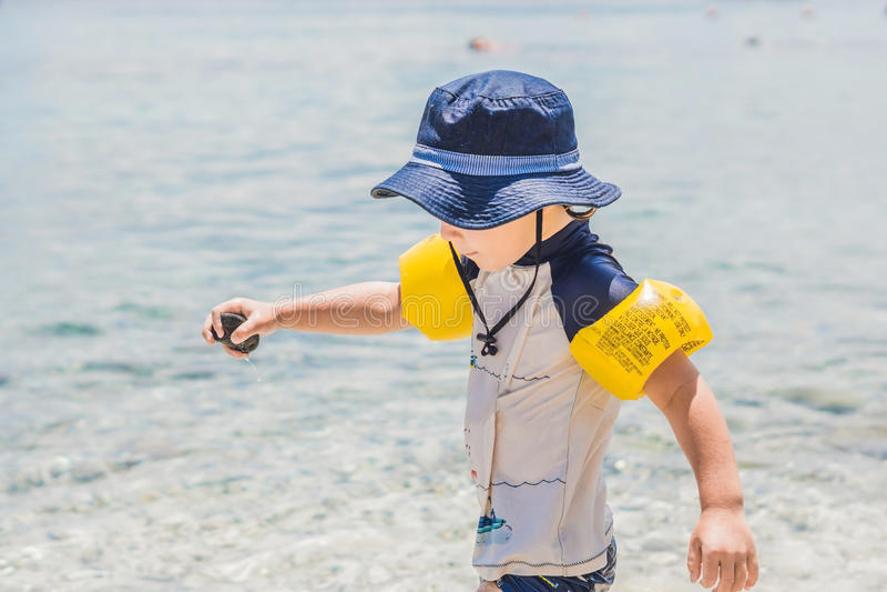 O menino aprecia o mar tropical e a praia fotografia de stock