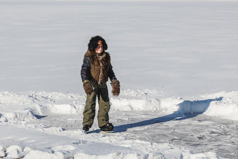 O menino aprende patinar imagem de stock