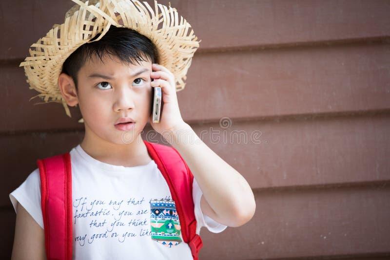 O menino asiático fala pelo telefone imagem de stock royalty free