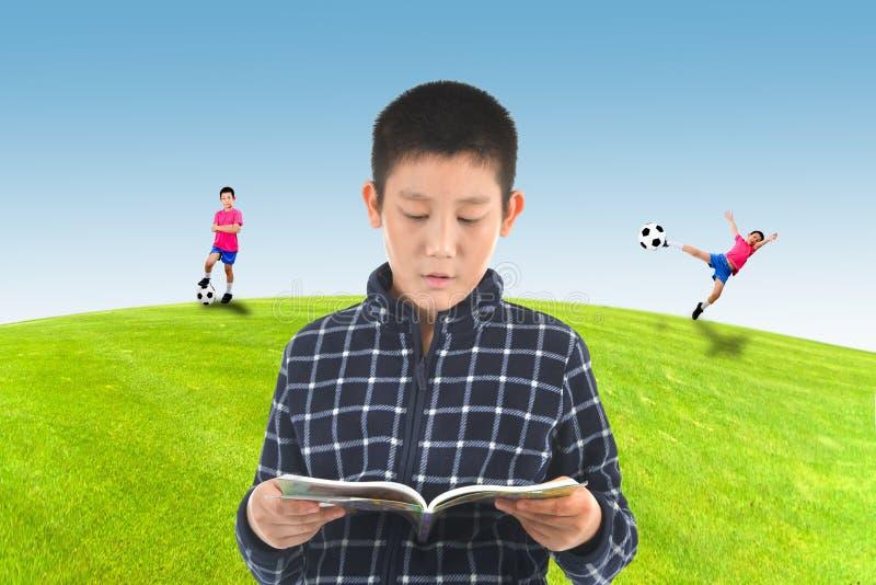 O menino asiático que lê um livro e imagina fotos de stock royalty free