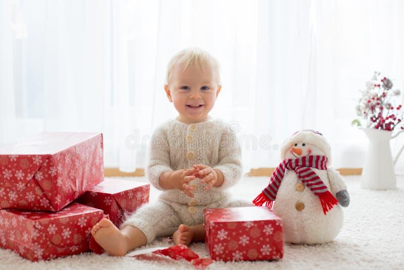 O menino bonito da criança, bebê doce, abrindo apresenta em casa fotos de stock royalty free