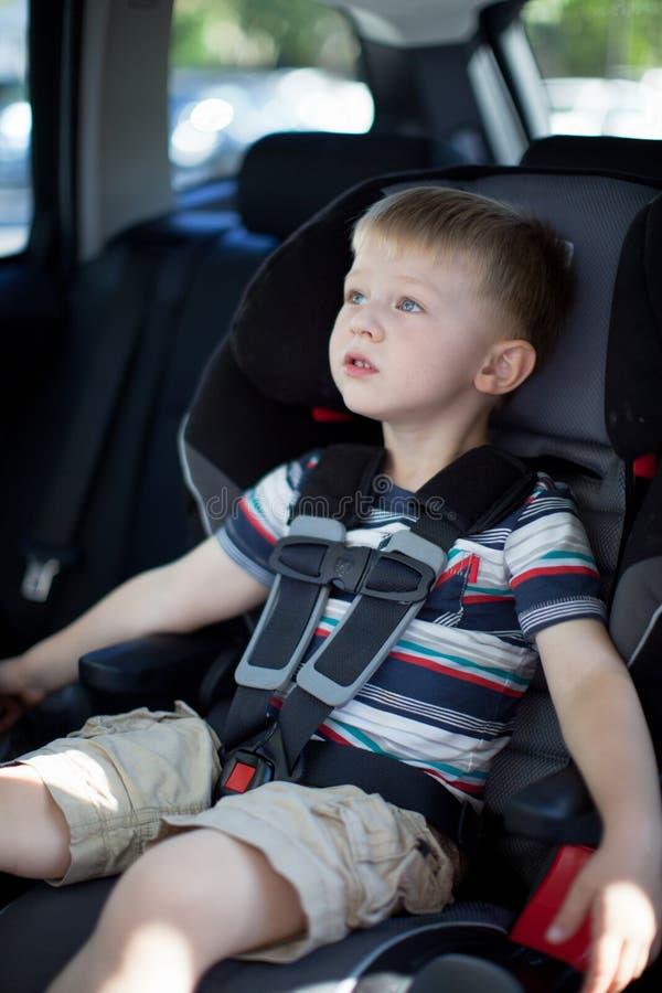 O menino bonito da criança curvou acima em um banco de carro convertível fotografia de stock royalty free
