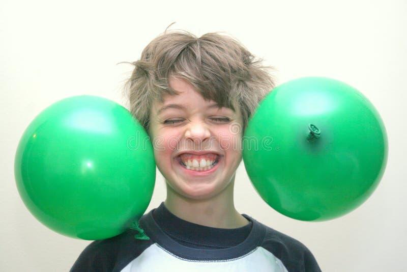 O menino com balões furou a sua cabeça imagem de stock royalty free