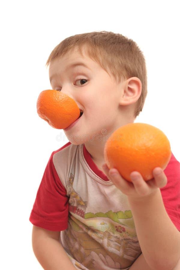 O menino com laranjas fotografia de stock