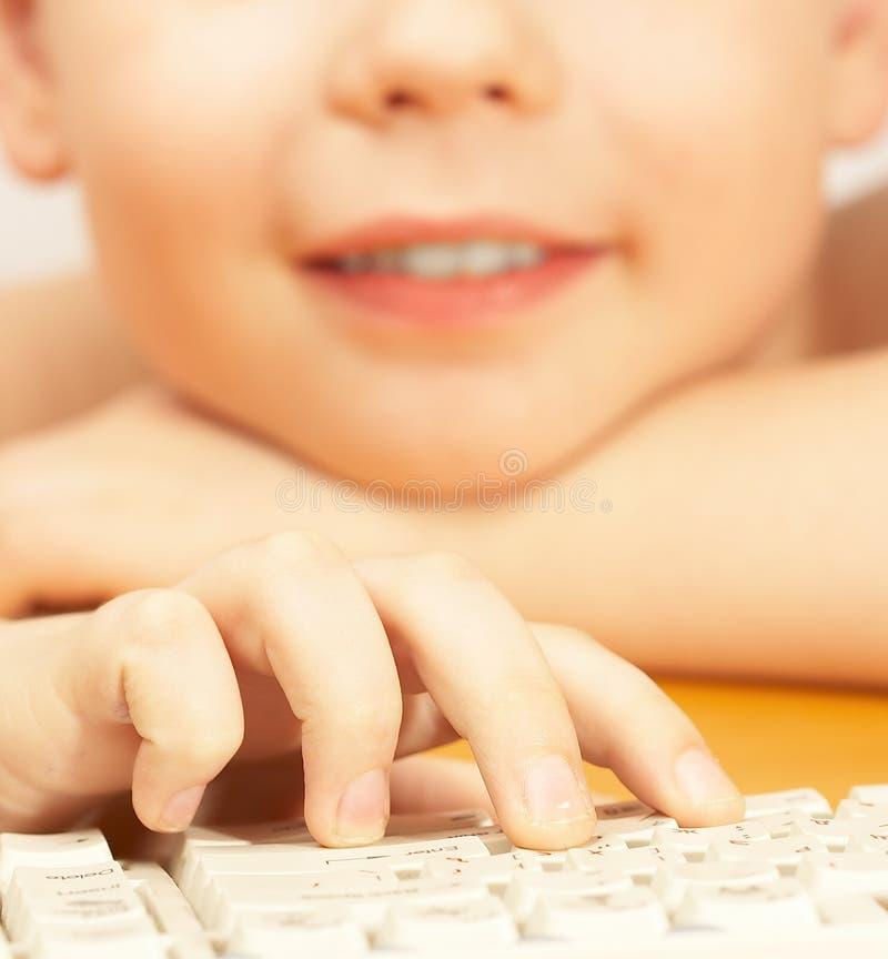O menino com o teclado fotos de stock