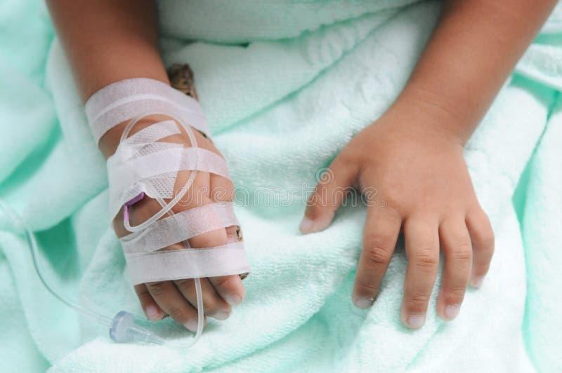 O menino começ a veia transfused fotografia de stock