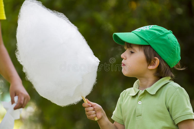 O menino come o candyfloss fotos de stock royalty free