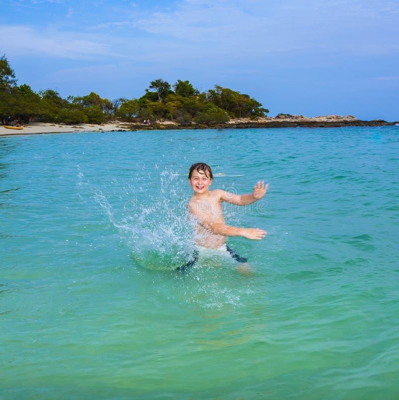 O menino considerável aprecia engasgar com sua mão no oce tropical fotografia de stock royalty free