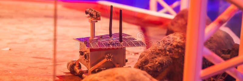 O menino controla o vagabundo do brinquedo em Marte Voo à BANDEIRA do conceito de Marte, FORMATO LONGO imagem de stock