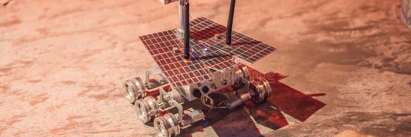 O menino controla o vagabundo do brinquedo em Marte Voo à BANDEIRA do conceito de Marte, FORMATO LONGO imagem de stock royalty free