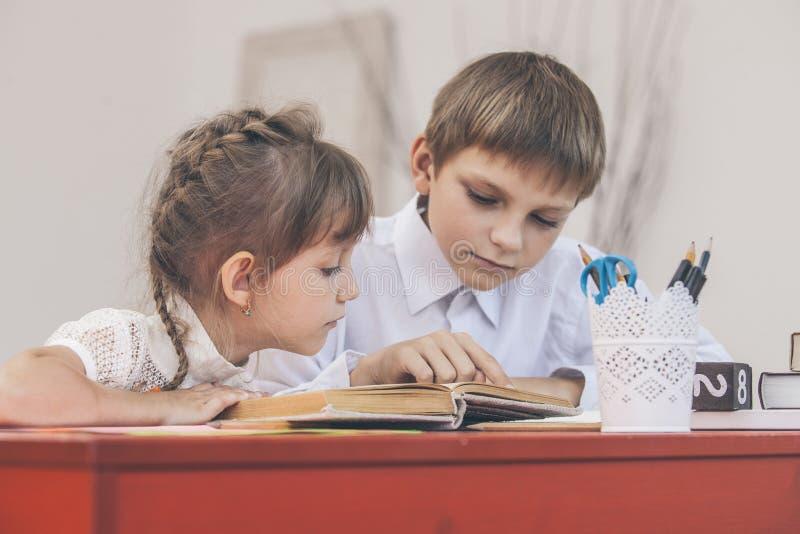 O menino, crianças da menina na escola tem um feliz, curioso imagem de stock royalty free