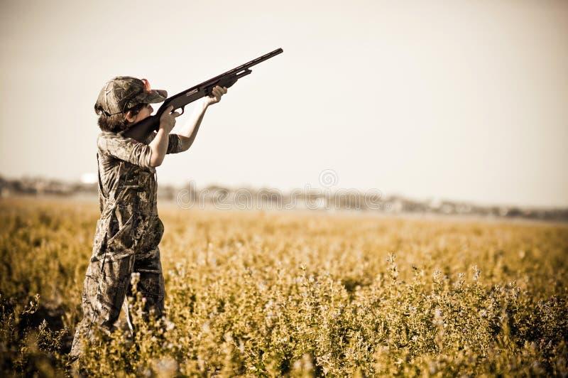O menino da caça da pomba dispara para baixo em pombas imagens de stock royalty free