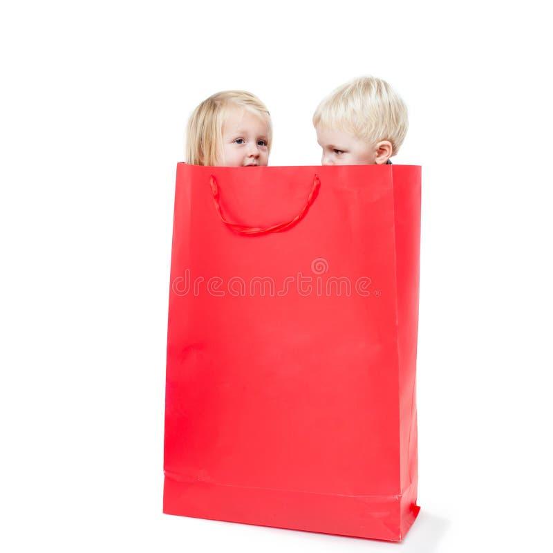 O menino dentro do pacote foto de stock