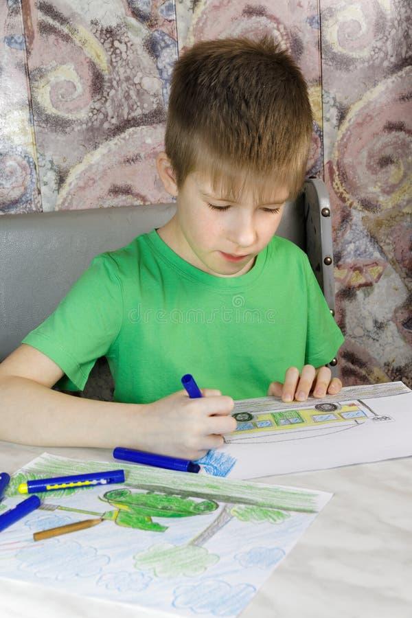 O menino desenha imagem de stock royalty free