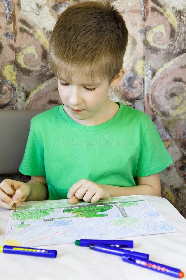 O menino desenha imagens de stock royalty free