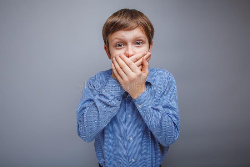 O menino do adolescente 10 anos de aparência europeia bronzeia foto de stock