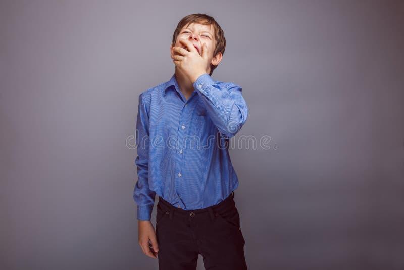 O menino do adolescente 10 anos de aparência europeia quer imagem de stock