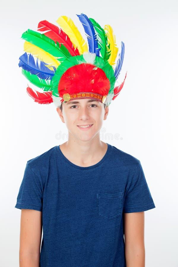 O menino do adolescente com indianos empluma-se com muitas cores fotografia de stock royalty free