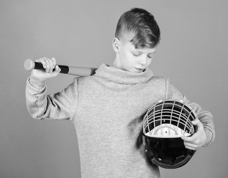 O menino do adolescente gosta do basebol Lazer e estilo de vida ativos Inf?ncia saud?vel Aprecie o jogo ativo Junte-se ? equipe d imagens de stock