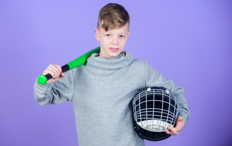 O menino do adolescente gosta do jogo de basebol Lazer e estilo de vida ativos Infância saudável Junte-se à equipe de beisebol Tr imagens de stock royalty free