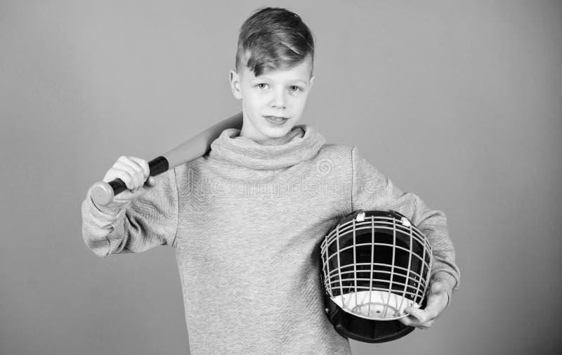 O menino do adolescente gosta do jogo de basebol Lazer e estilo de vida ativos Inf?ncia saud?vel Junte-se ? equipe de beisebol Tr imagem de stock royalty free