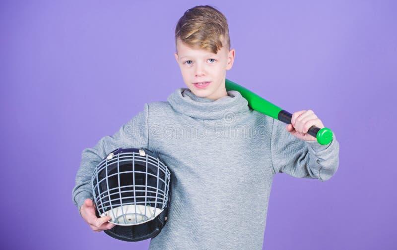 O menino do adolescente gosta do jogo de basebol Lazer e estilo de vida ativos Inf?ncia saud?vel Junte-se ? equipe de beisebol Tr imagens de stock royalty free