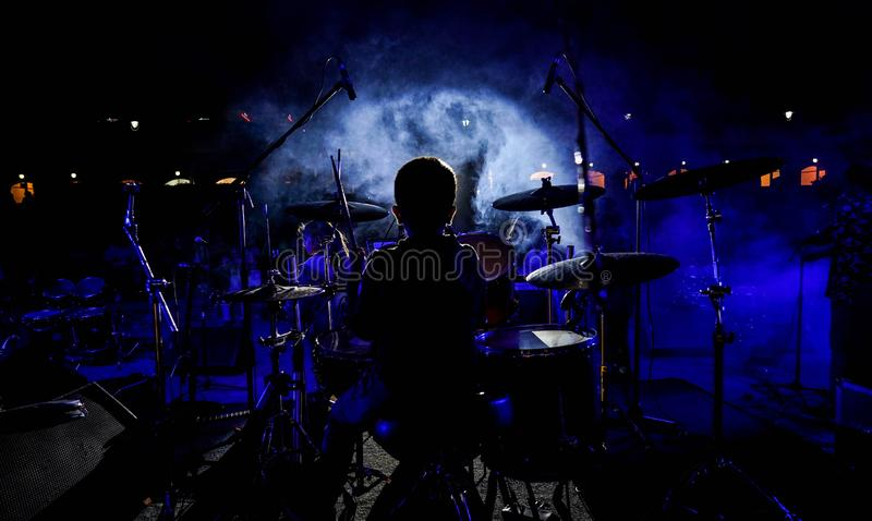 O MENINO do BATERISTA, rock and roll foto de stock