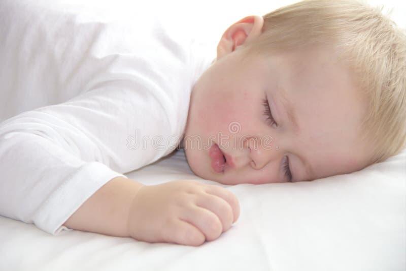 O menino do bebê de um ano da criança está adormecido foto de stock royalty free