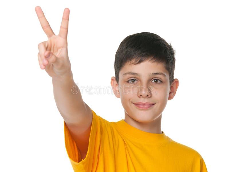 O menino do Preteen comemora a vitória imagem de stock royalty free