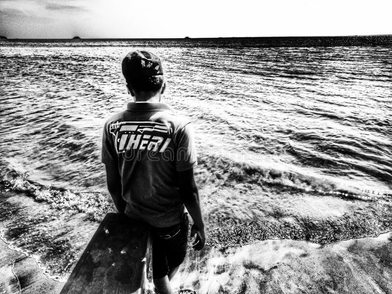 O menino e o mar imagens de stock royalty free