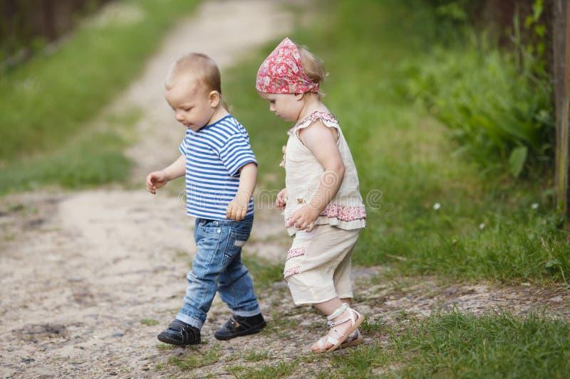 O menino e a menina andam junto fotografia de stock
