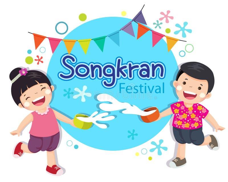 O menino e a menina apreciam espirrar a água no festival Tailândia de Songkran