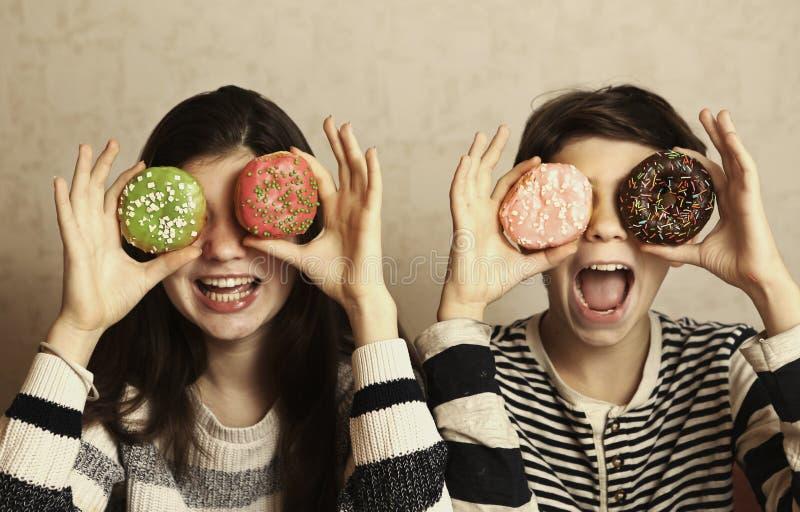 O menino e a menina do adolescente com filhóses coloridas eyes imagens de stock royalty free
