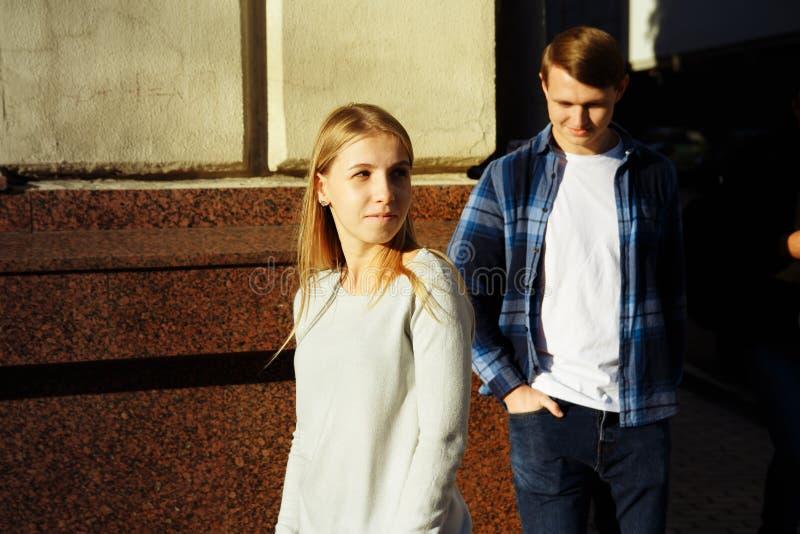 O menino e a menina estão estando na rua, desapontada discussão, divisão Crise do relacionamento fotos de stock royalty free