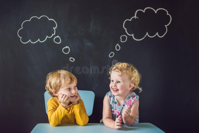 O menino e a menina são pensar, escolhendo imagem de stock royalty free