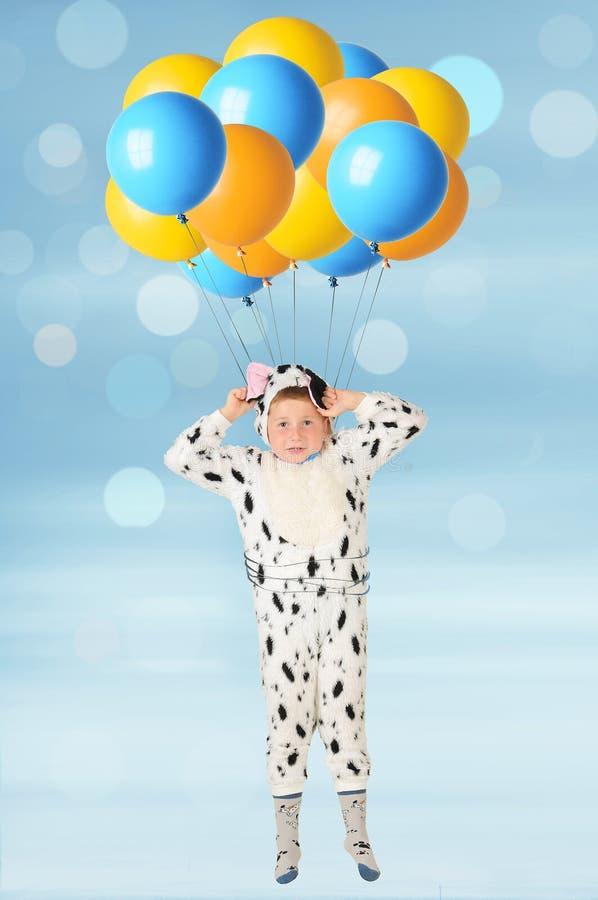 O menino e os balões fotografia de stock