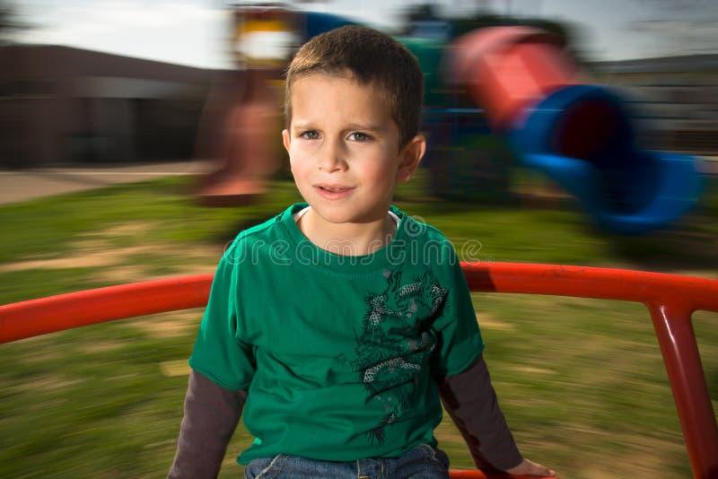 O menino em alegre vai círculo imagens de stock