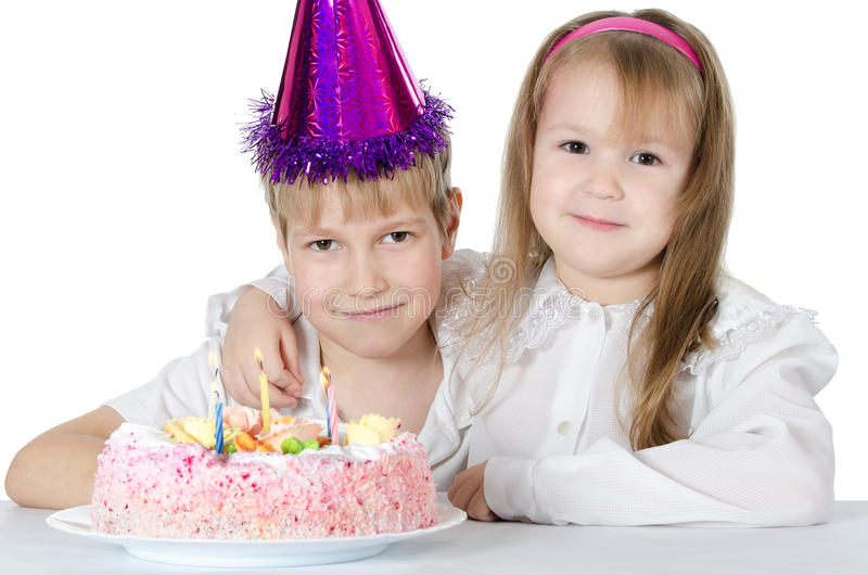 O menino em um tampão com uma torta imagens de stock royalty free