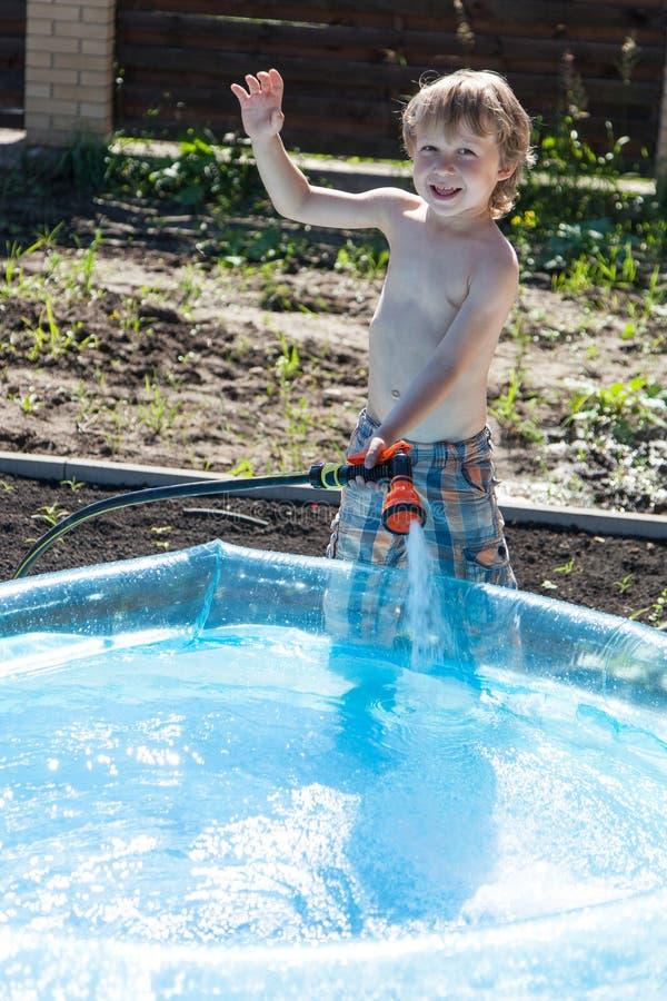 O menino enche-se acima com água foto de stock royalty free
