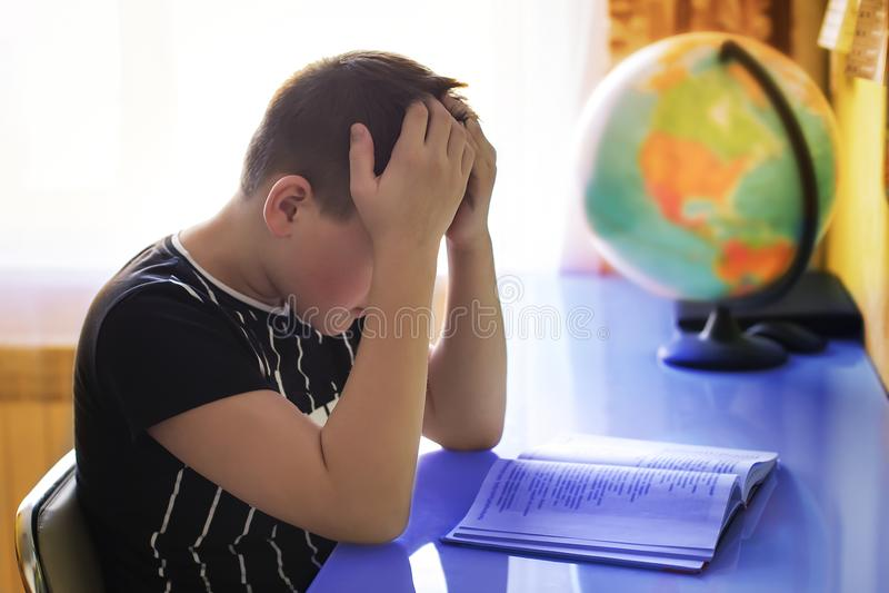O menino ensina lições, preparação do exame imagens de stock royalty free