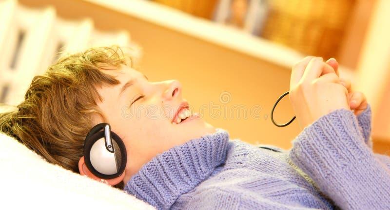 O menino escuta a música imagem de stock royalty free