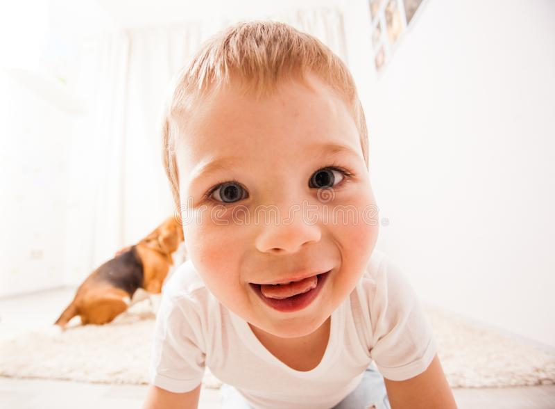 O menino está fazendo a cara foto de stock