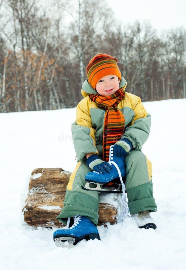 O menino está indo ao patim de gelo fotos de stock royalty free