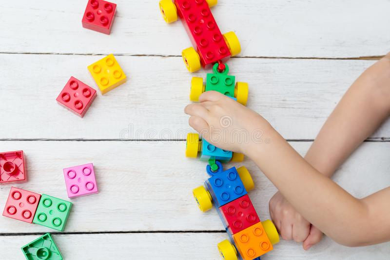 O menino está jogando o lego Ocupação tornando-se para a criança fotografia de stock royalty free
