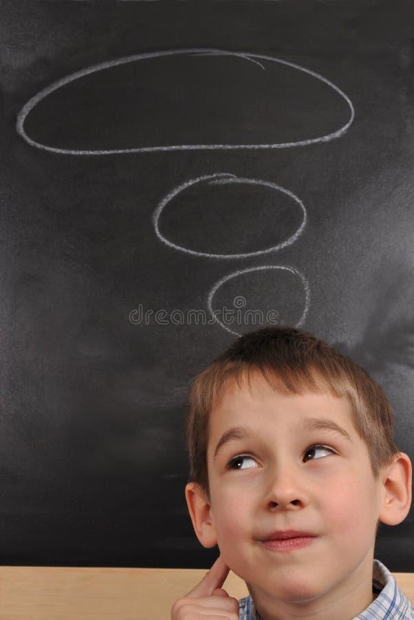 O menino está pensando imagem de stock